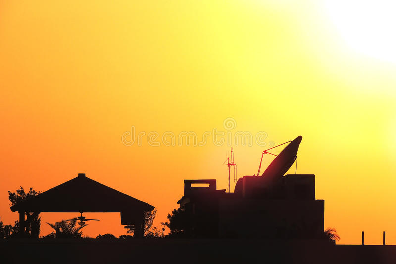 Dachspitzen-Sonnenuntergang lizenzfreies stockfoto