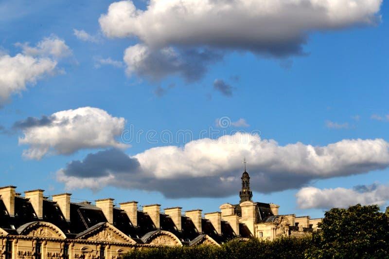 Dachspitzen und die Wolken in Paris stockfotografie