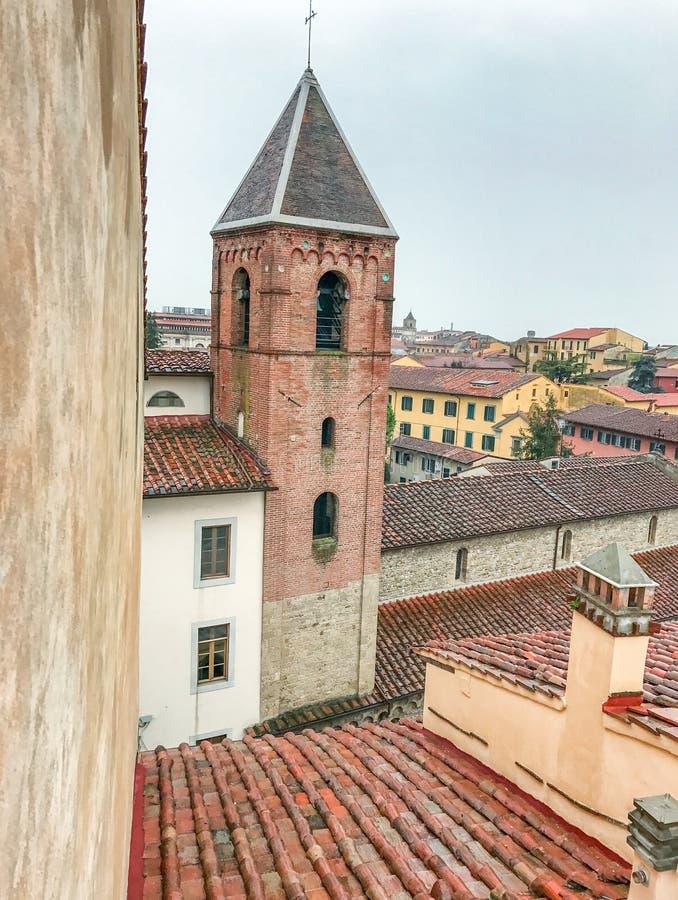 Dachspitzen von Pisa, mittelalterliche Gebäude im Stadtzentrum stockfotografie