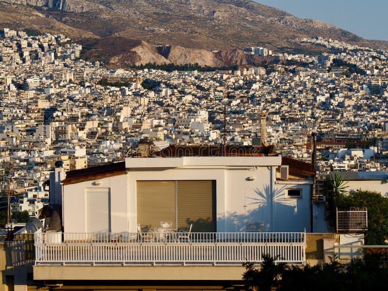 Dachspitzen-Wohnung und Patio in Athen, Griechenland stockfotos