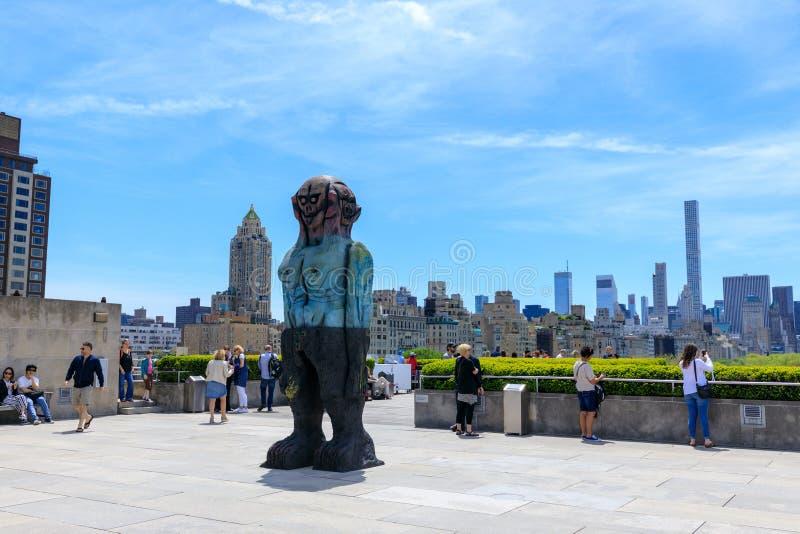 Dachspitzenansicht des Stadtkunstmuseums mit Manhattan-Skylinen lizenzfreies stockfoto