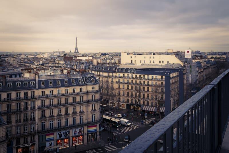 Dachspitzenansicht von Paris, Frankreich von einem Balkon lizenzfreie stockfotografie