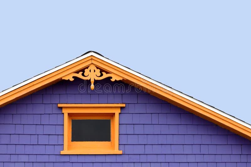 Dachspitzendetailfenster und dekorative Laubsägearbeit stockfoto