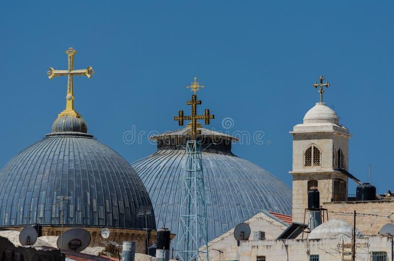 Dachspitzenkreuze der Kirche des heiligen Grabes in Jerusalem, Israel stockfoto