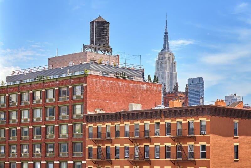 Dachspitzenwasserbehälter auf einem New- Yorkwohngebäude, USA lizenzfreies stockfoto