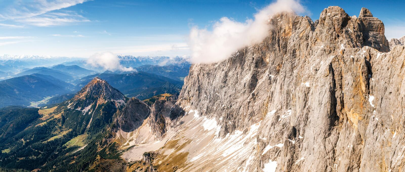 Dachstein山全景在奥地利 图库摄影
