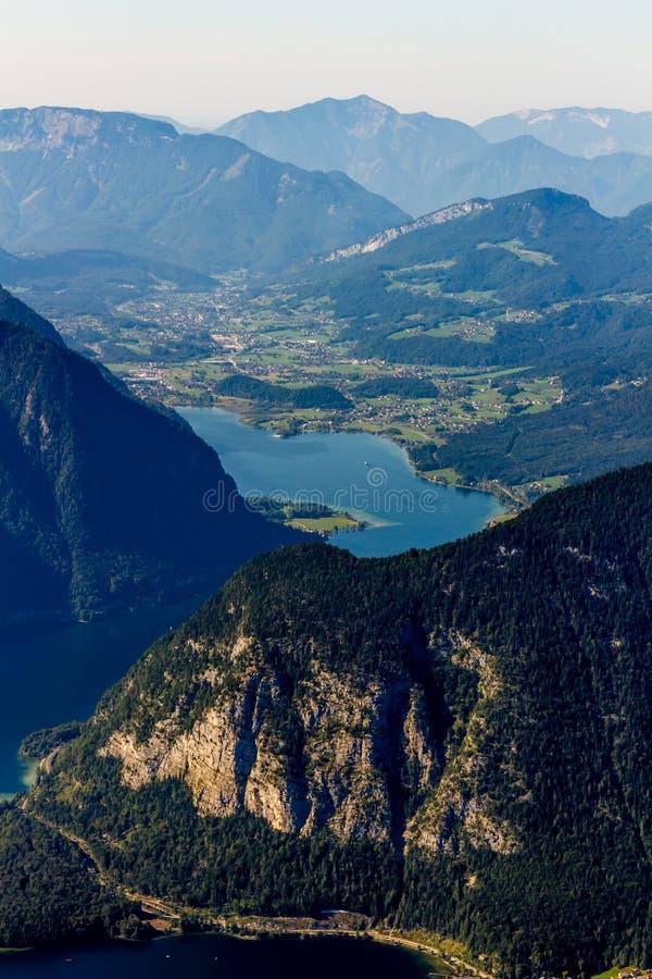 从Dachstein山,观看平台,奥地利的5个手指的美好的阿尔卑斯视图 库存图片