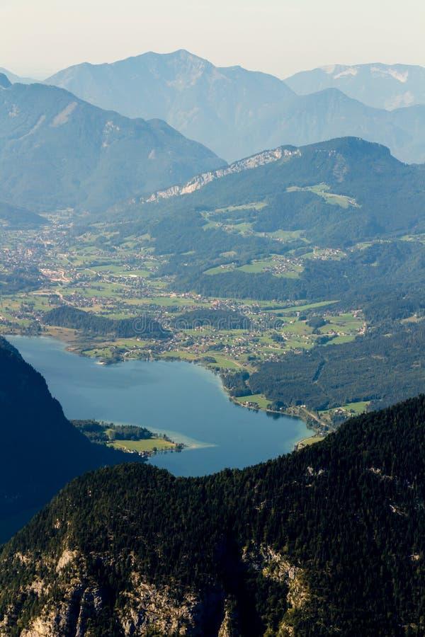 从Dachstein山,观看平台,奥地利的5个手指的美好的阿尔卑斯视图 免版税库存照片