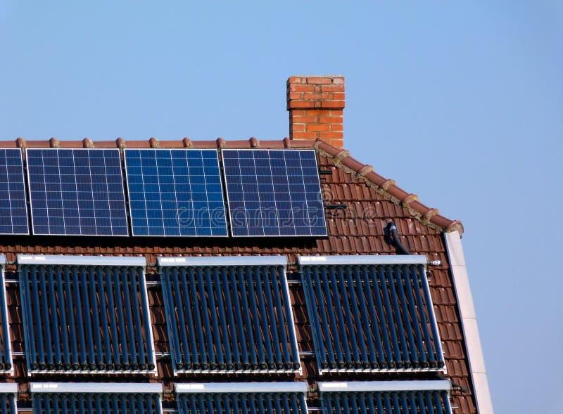 Dachu panelu słonecznego zainstalowany szczegół pod niebieskim niebem fotografia royalty free