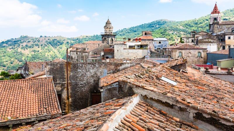 Dachy i kościół w Castiglione Di Sicilia miasteczku zdjęcia royalty free