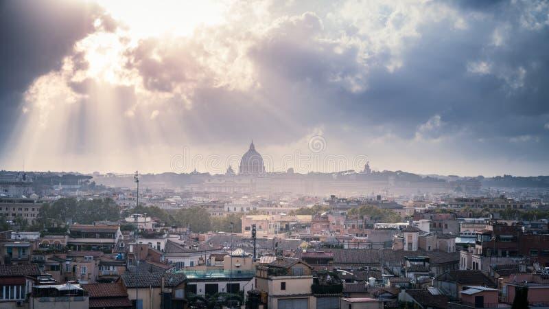 Dachy rzymskie pod dramatycznym niebem fotografia royalty free