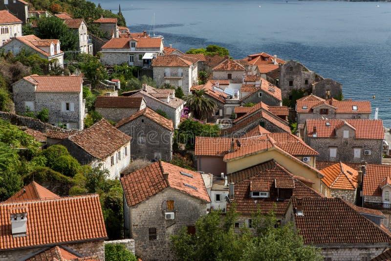 Dachy starzy domy w Perast i zatoce z górami w Montenegro fotografia stock