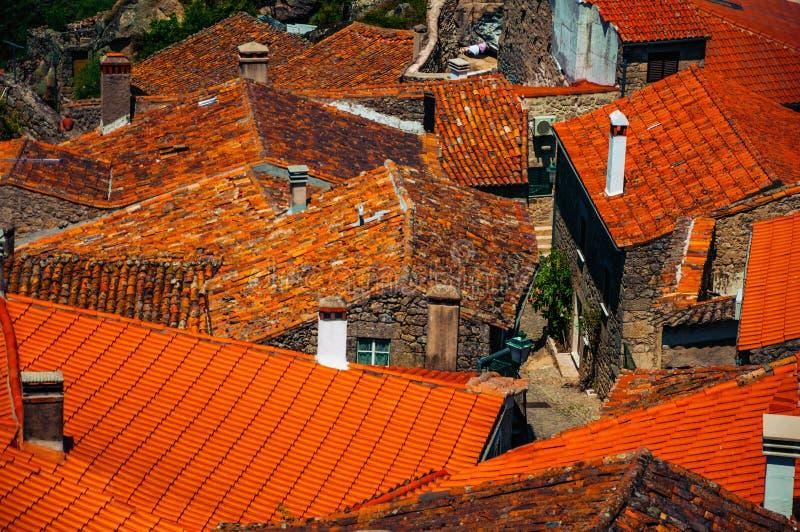 Dachy starzy kamienni domy i kominy przy Monsanto fotografia royalty free