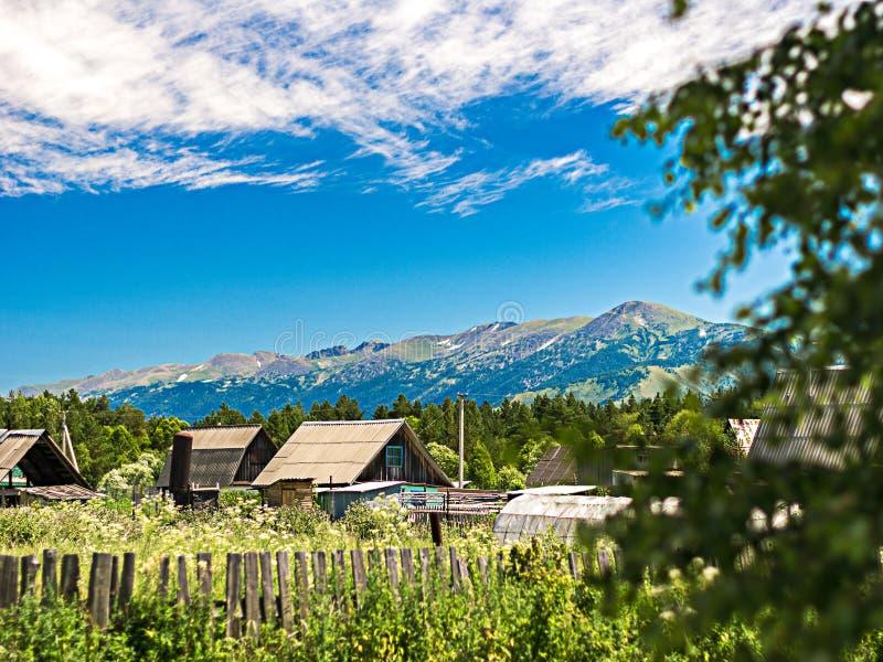 Dachy tradycyjni domy widzieć za ogródami i ogrodzeniem zdjęcia stock