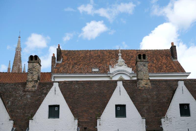 Dachy w Bruges, Belgia, fotografujący od ogródu Meulenaere i świętego Joseph almshouses fotografia stock