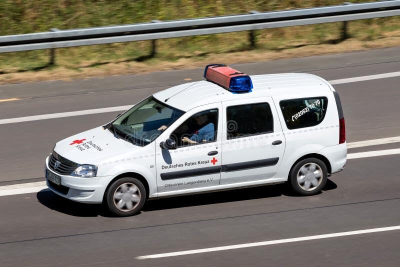 Dacia Logan de la Cruz Roja alemana en la autopista fotos de archivo libres de regalías