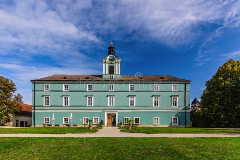 Dacice castle i Tjeckien på en solig dag royaltyfri bild
