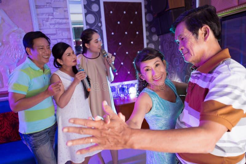 Dacing en Karaoke fotos de archivo