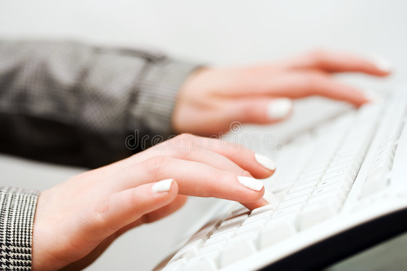 Dactilografia fêmea das mãos. fotos de stock royalty free