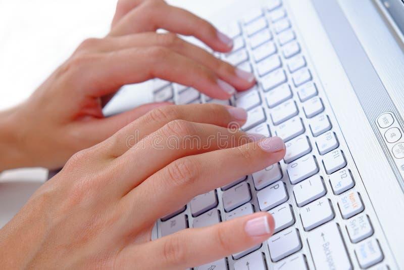 Dactylographie d'ordinateur portable photographie stock