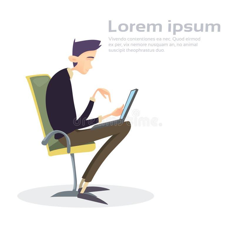 Dactylographie fonctionnante se reposante d'ordinateur portable de chaise d'homme d'affaires illustration stock