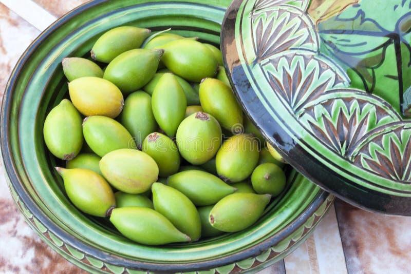 Dadi dell'argania spinosa in un piatto verde. immagine stock libera da diritti