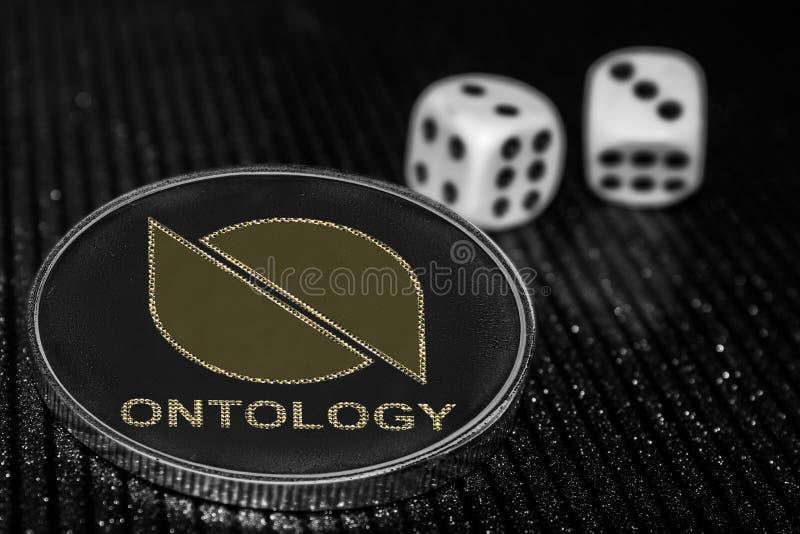 Dadi di ontologia e di rotolamento di cryptocurrency della moneta ontario fotografie stock libere da diritti