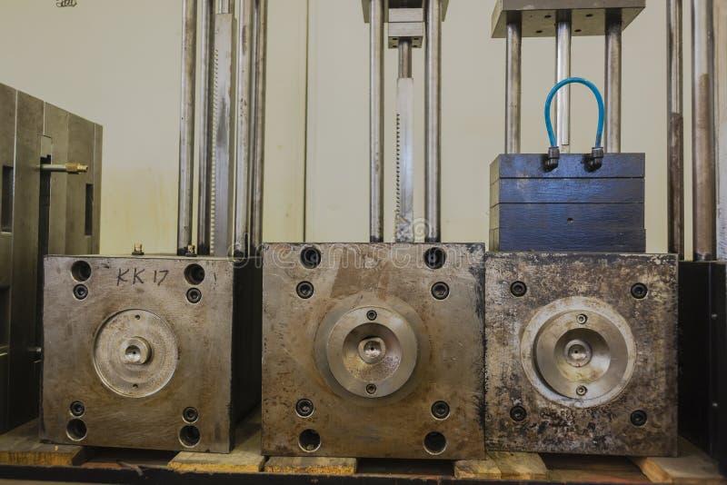 Dadi di plastica d'acciaio dell'iniezione fotografia stock libera da diritti