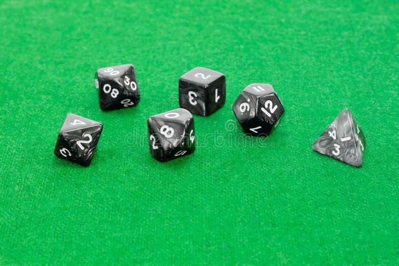 Dadi polyhedral specializzati per i giochi di ruolo sul grumo verde fotografie stock libere da diritti