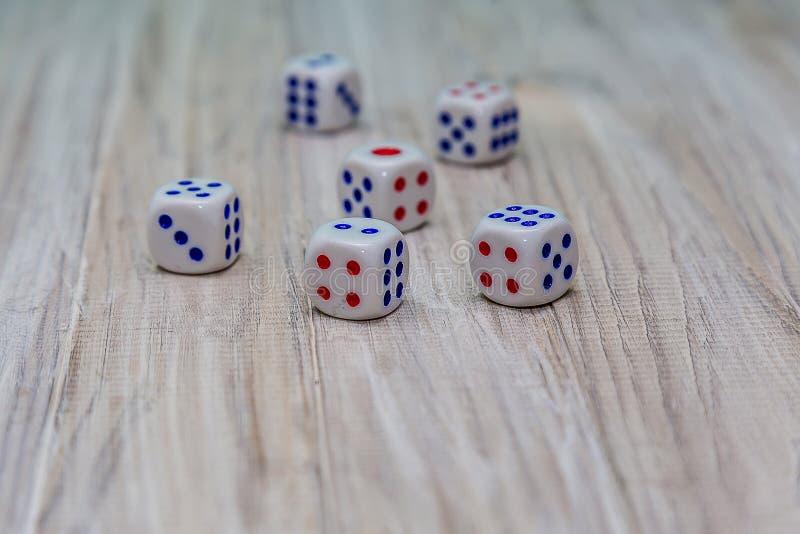 Dado de jogo pequeno em uma tabela de madeira imagens de stock royalty free