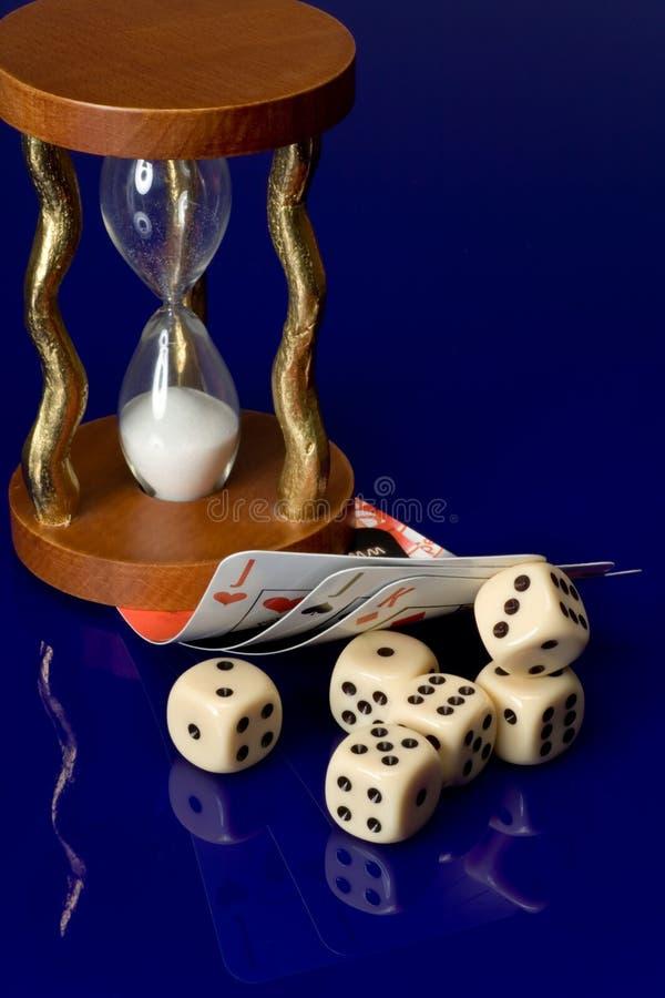 Dados amarelos do casino com cartões imagem de stock royalty free