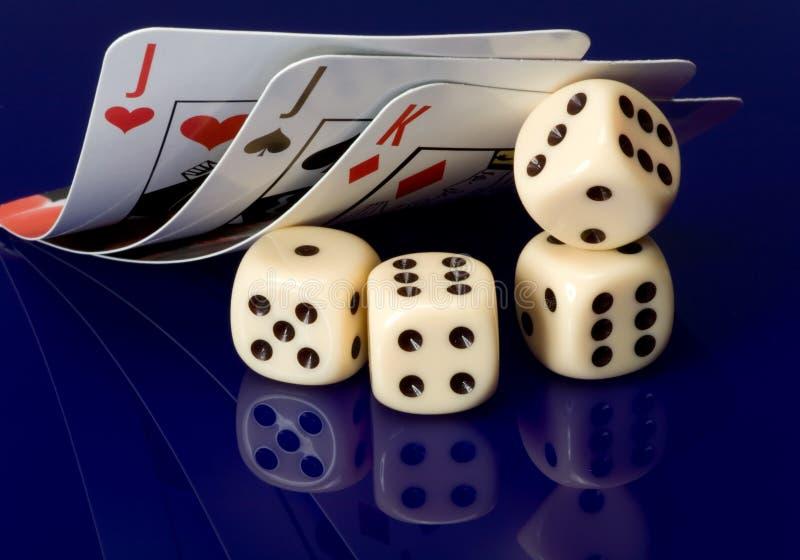 Dados amarelos do casino com cartões imagem de stock