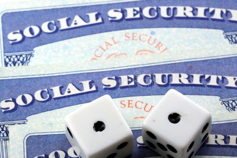 Dados blancos que ponen en tarjeta de Seguridad Social imágenes de archivo libres de regalías