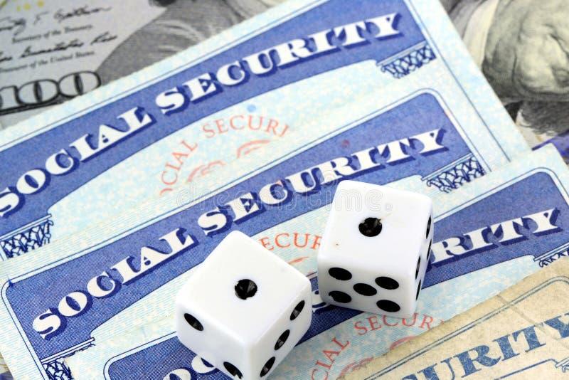 Dados blancos que ponen en tarjeta de Seguridad Social fotos de archivo libres de regalías
