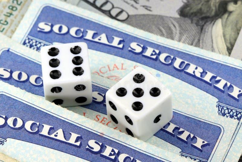 Dados brancos que colocam no cartão de segurança social fotos de stock royalty free