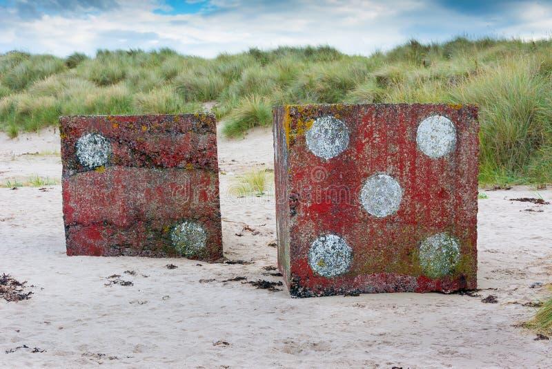 Dados concretos en la playa cerca de Bamburgh Inglaterra fotografía de archivo libre de regalías