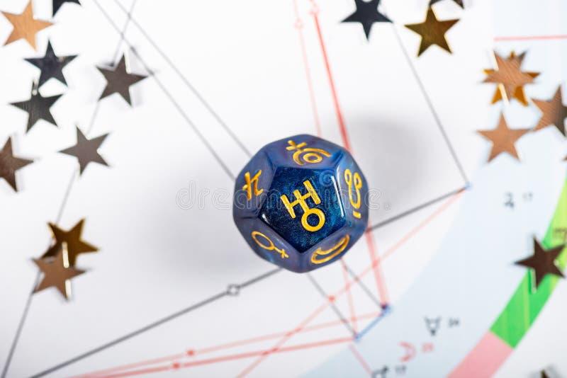 Dados da astrologia com símbolo do Urano do planeta fotos de stock royalty free