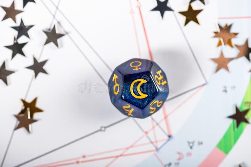 Dados da astrologia com s?mbolo da lua imagem de stock royalty free