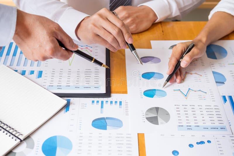 Dados da equipe do negócio que analisam o documento das cartas da renda durante a discussão para explicar a reunião da estratégia imagens de stock royalty free