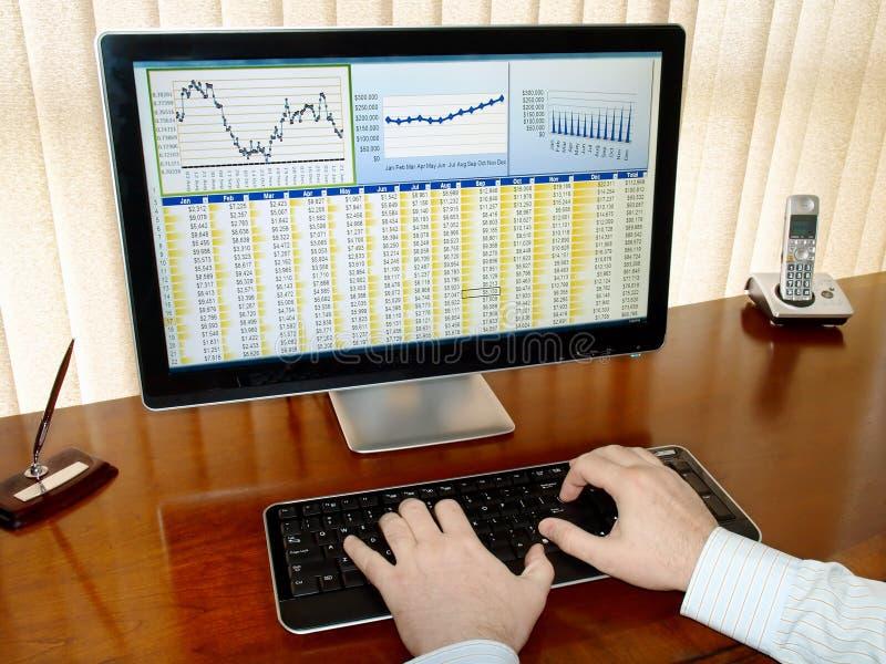Dados de Analizing no computador. imagem de stock royalty free