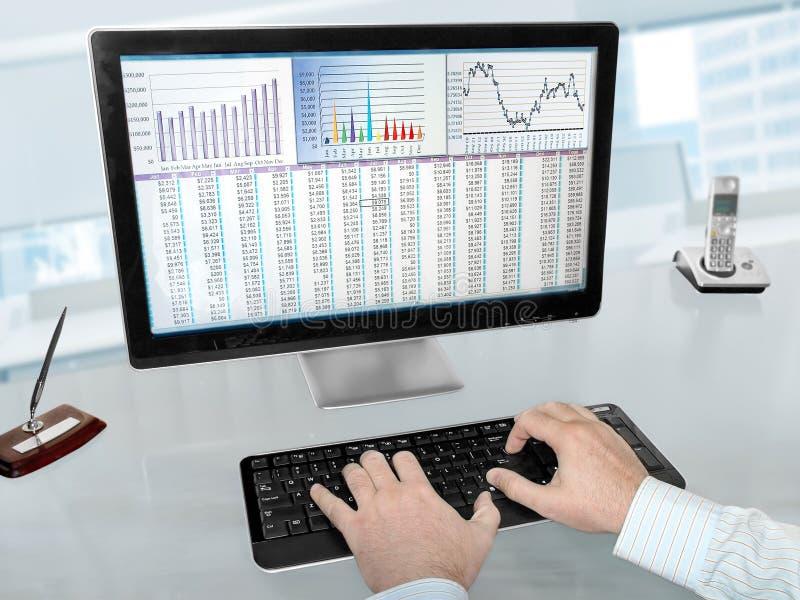 Dados de Analizing no computador fotografia de stock