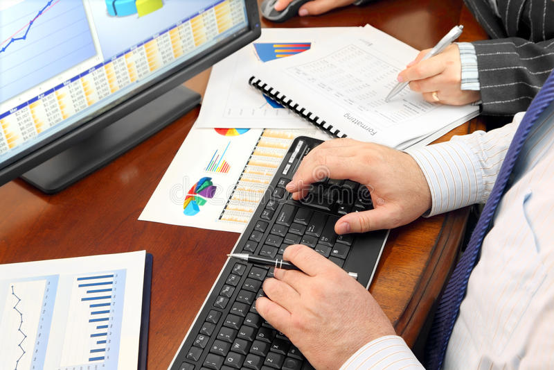 Dados de Analizing no escritório imagem de stock royalty free