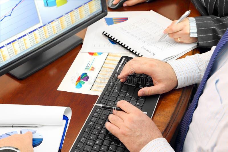 Dados de Analizing no escritório fotos de stock royalty free
