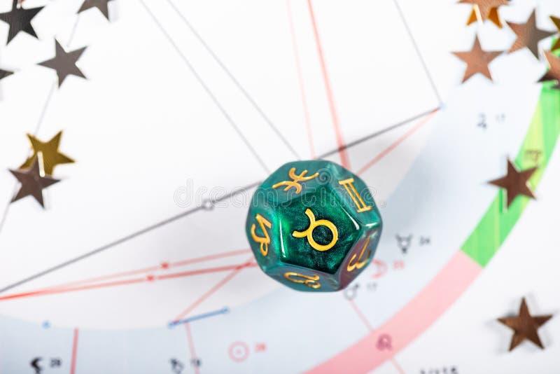 Dados de la astrolog?a con el s?mbolo del zodiaco de Taurus Apr 20 - 20 de mayo foto de archivo