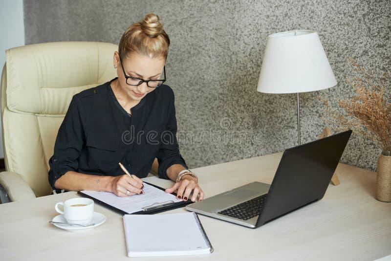Dados de sentimento da mulher de negócios no contrato imagem de stock