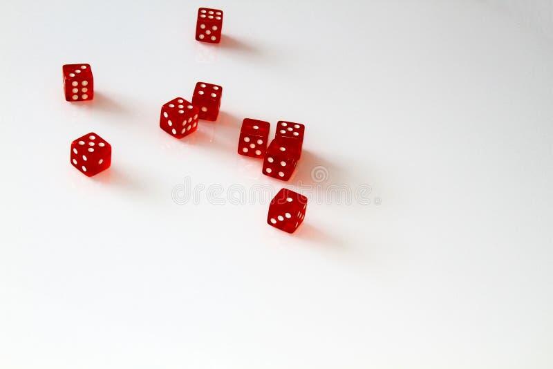 Dados del casino aislados en blanco conjunto aislante imagenes de archivo