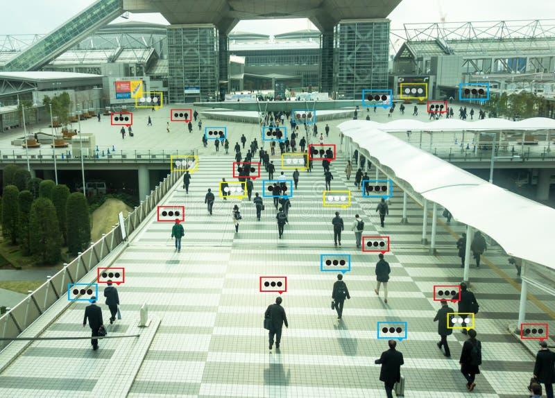 Dados do bate-papo da bolha a detecção pela tecnologia futurista na cidade esperta com conceito da inteligência artificial às med fotografia de stock royalty free