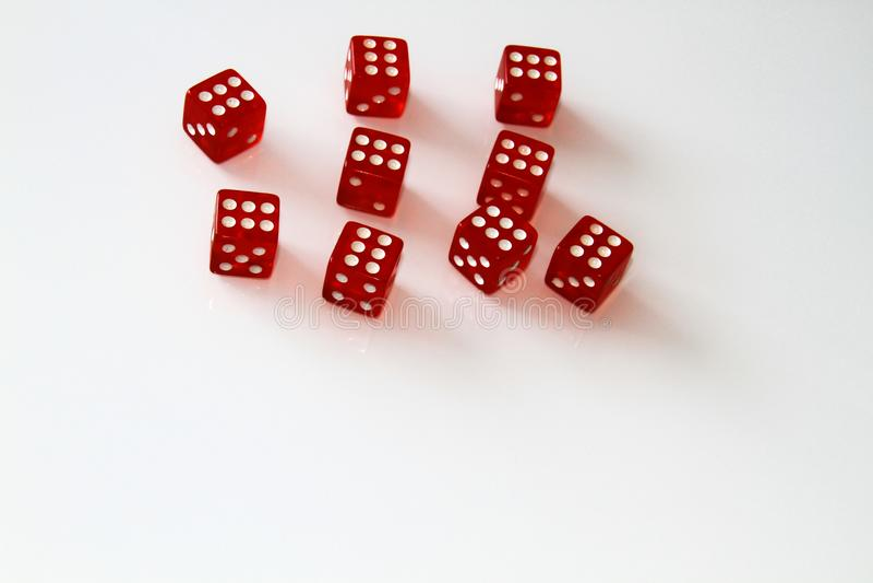 Dados do casino isolados no branco jogo isolate imagem de stock