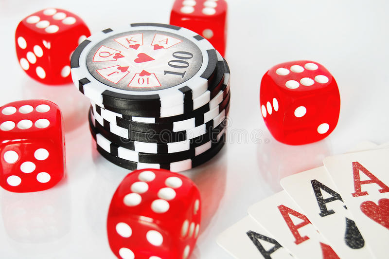 Dados do pôquer, microplaquetas e cartões do jogo no fundo branco fotos de stock