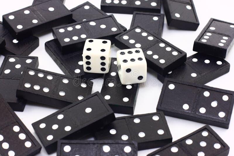 Dados e dominós foto de stock
